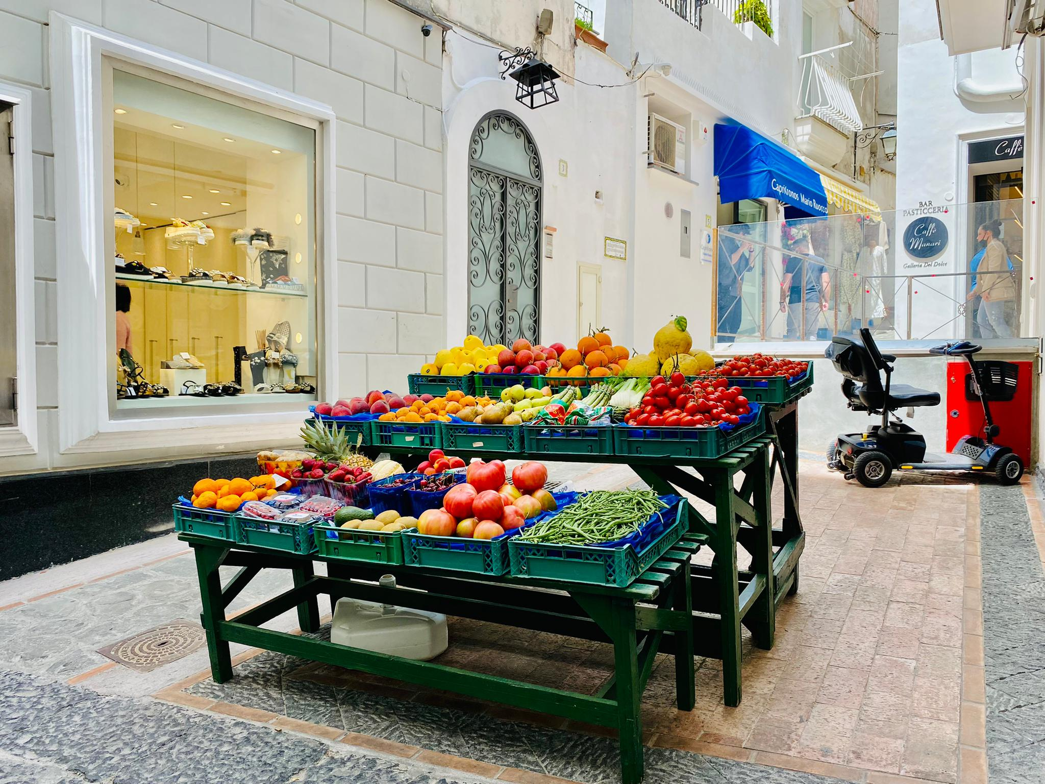 Gemüsestand auf Capri neben teuren Uhren
