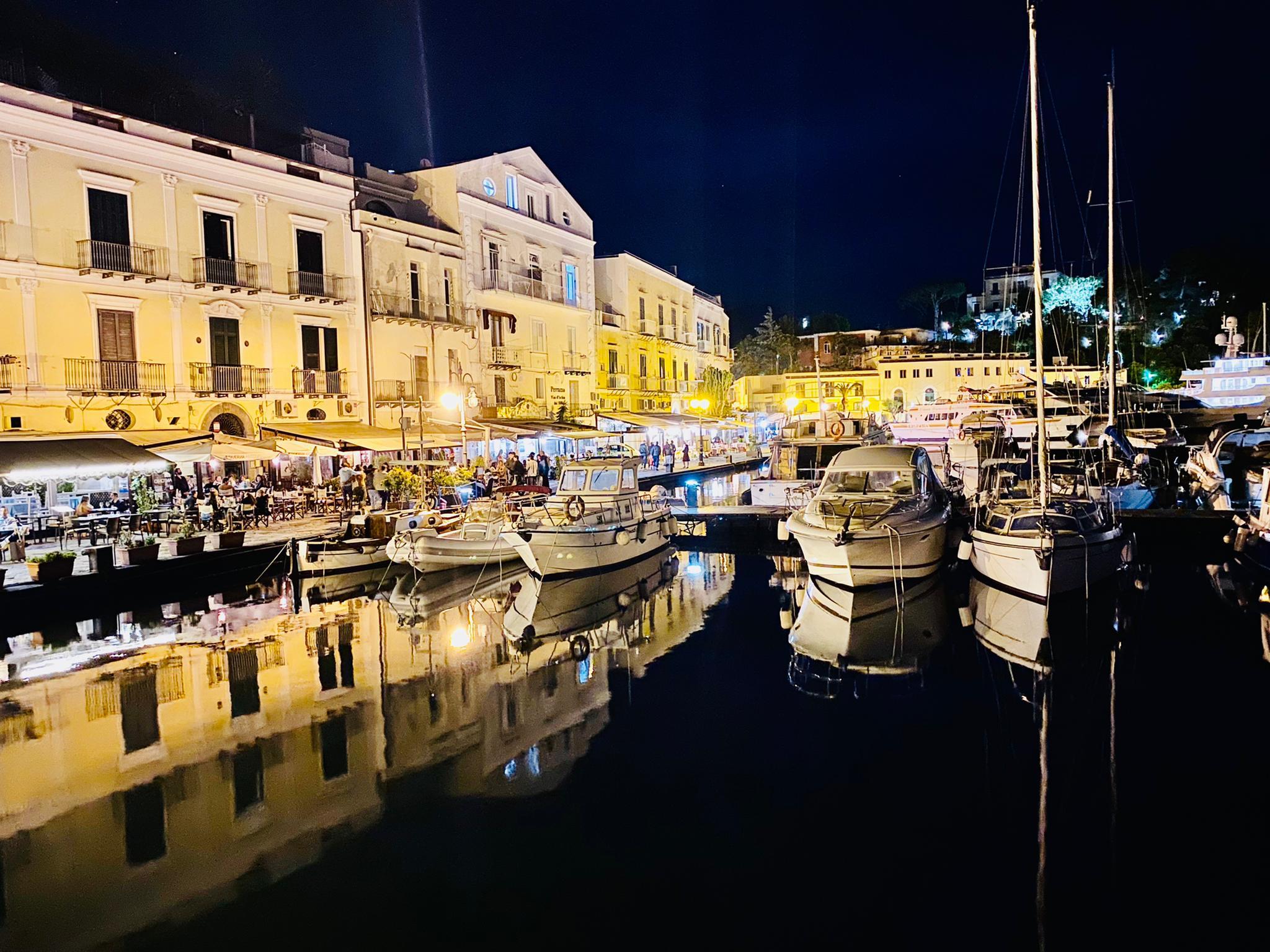 Nachtessen im Hafen von Ischia
